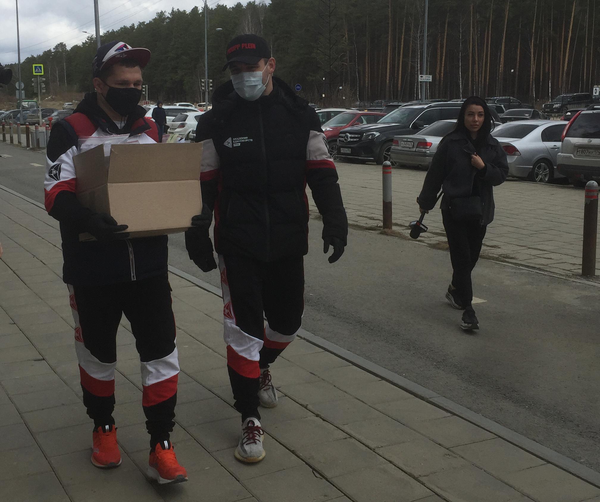 Федерация бокса России доставила в Екатеринбург и Свердловскую область очередную партию масок и антисептических средств.